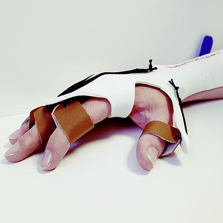 Hand in Schiene