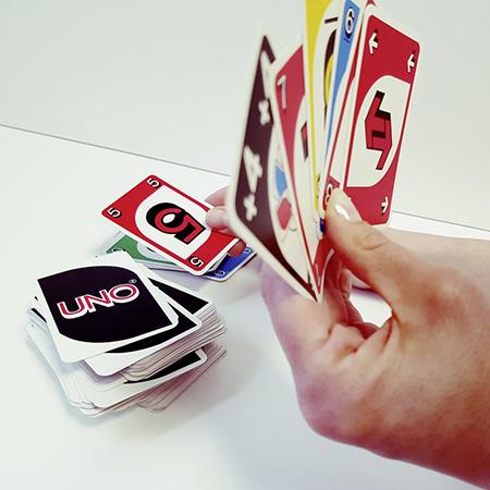 Hand mit Uno-Kartenspiel